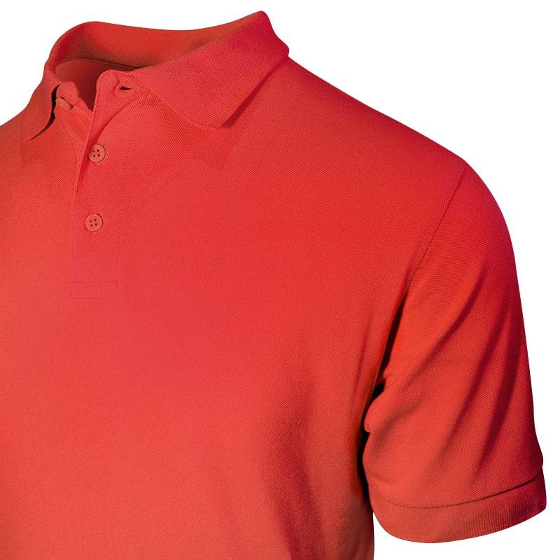 Polo homme de couleur rouge détail sur le col avec 3 boutons