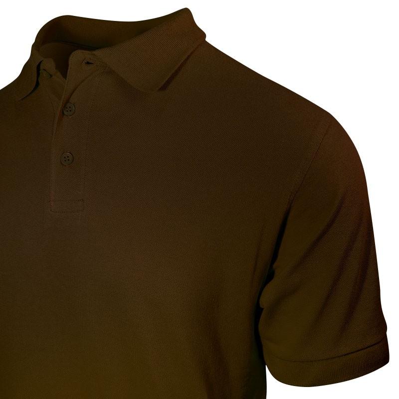 Polo homme de couleur marron vue col et poitrine avec détail manche courte