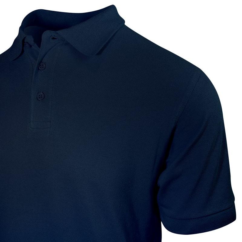 Polo homme de couleur bleu marine prise de vue au niveau des manches courtes