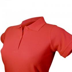 Polo féminin de couleur rouge détail vue col et boutons