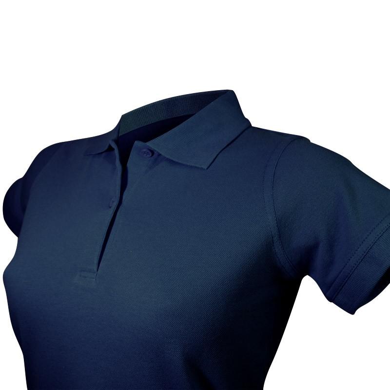 Polo style féminin détail vue col et boutons