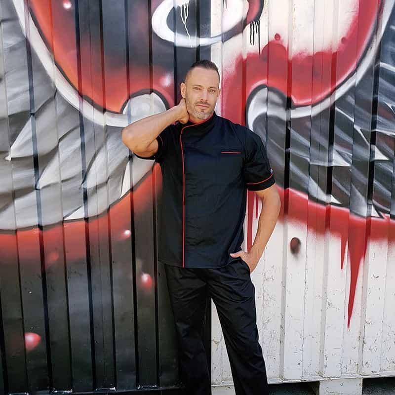 Veste de cuisine noir liseré long rouge, attaches faciles avec boutons pression