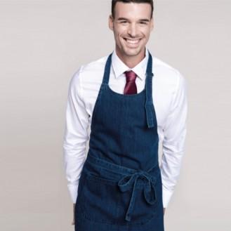 Grembiule da cucina e cameriere in jeans anteriore