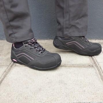 Chaussures de sécurité femme noir et rose S3. Normée pour de nombreux métiers.